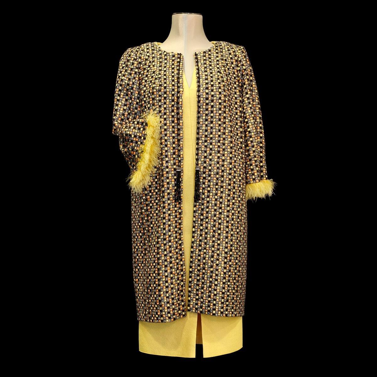 Abrigo con base de seda bordada